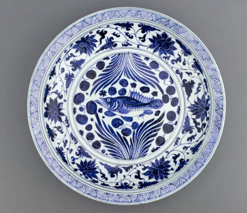 Hoa văn tinh xảo được trạm trổ trên đĩa sứ của Mông Cổ.