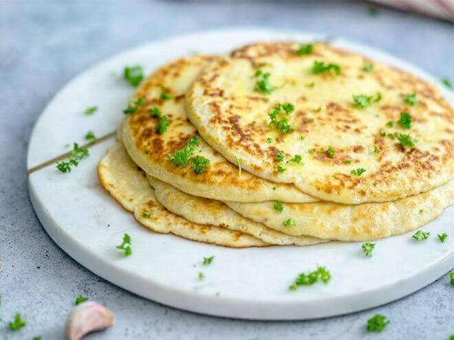 Bánh naan một trong những loại bánh truyền thống của Ấn Độ