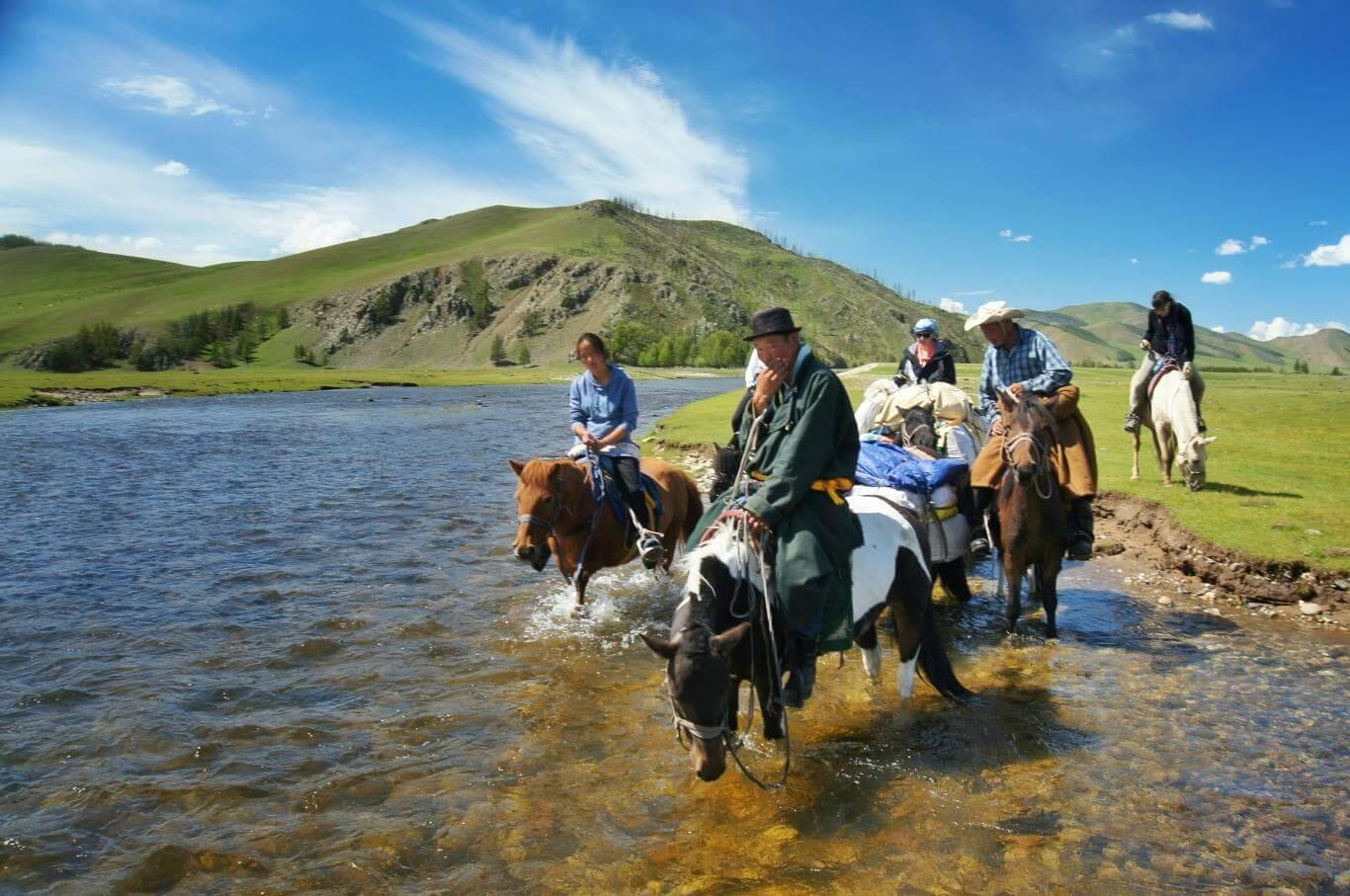 Du lịch Mông Cổ trãi nghiệm cảm giác ngồi trên lưng ngựa trên một thảo nguyên rộng lớn