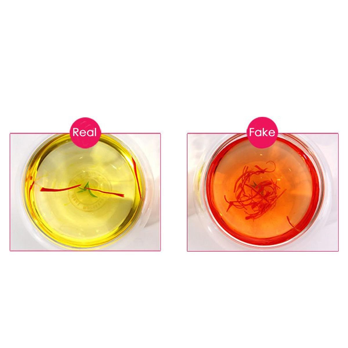 Saffron thật khi được ngâm trong nước sẽ tiết ra màu vàng óng đẹp mắt, gần giống với màu nghệ sáng, còn saffron giả sẽ có màu cam đỏ.